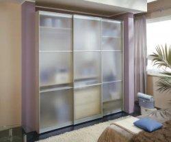 Шкаф с прозрачными дверцами
